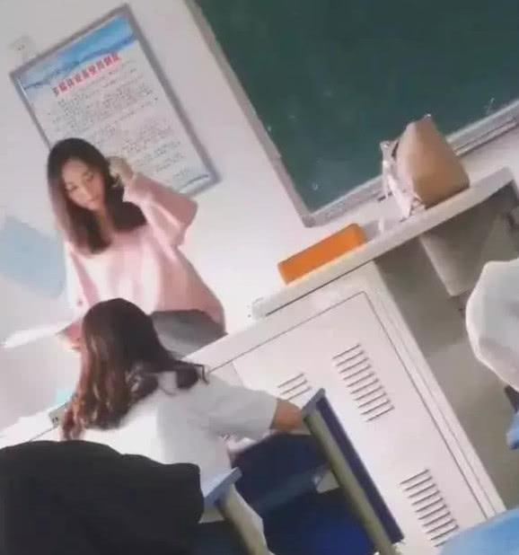 90后大学美女老师走红,学生从来不翘课,网友:那都是别人的老师