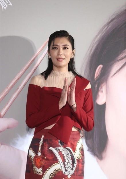 贾静雯参加活动未P图, 原来这才是44岁的她真实的样子!