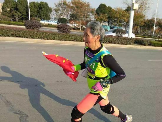 75岁奶奶跑马拉松8年丈夫去世靠马拉松跑出悲伤
