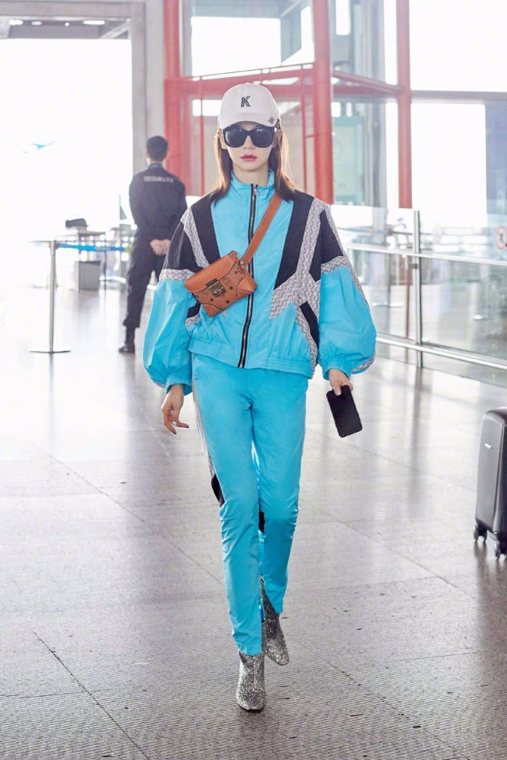 戚薇机场被拍完全放飞自我,完全不在乎衣鞋怎么搭配好看!