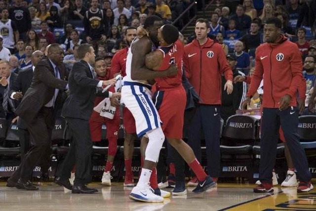 为什么NBA比赛发生冲突会对嘴亲?球迷戏称NBA打架:别动手,吻我