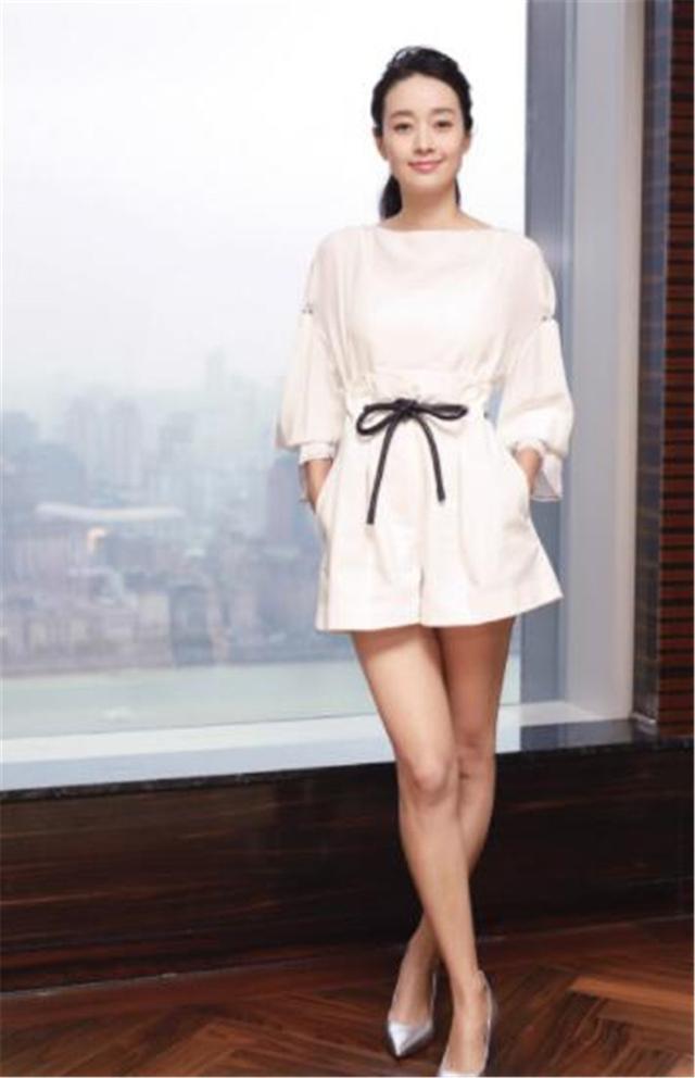 马伊琍脱掉小白鞋,换成高跟鞋,网友:同样的裙子,不同的腿!
