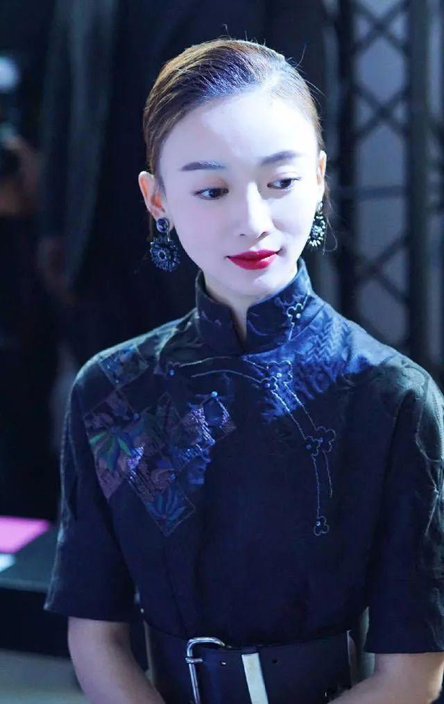 吴谨言油头造型现身活动,网友:穿旗袍就够好看了!