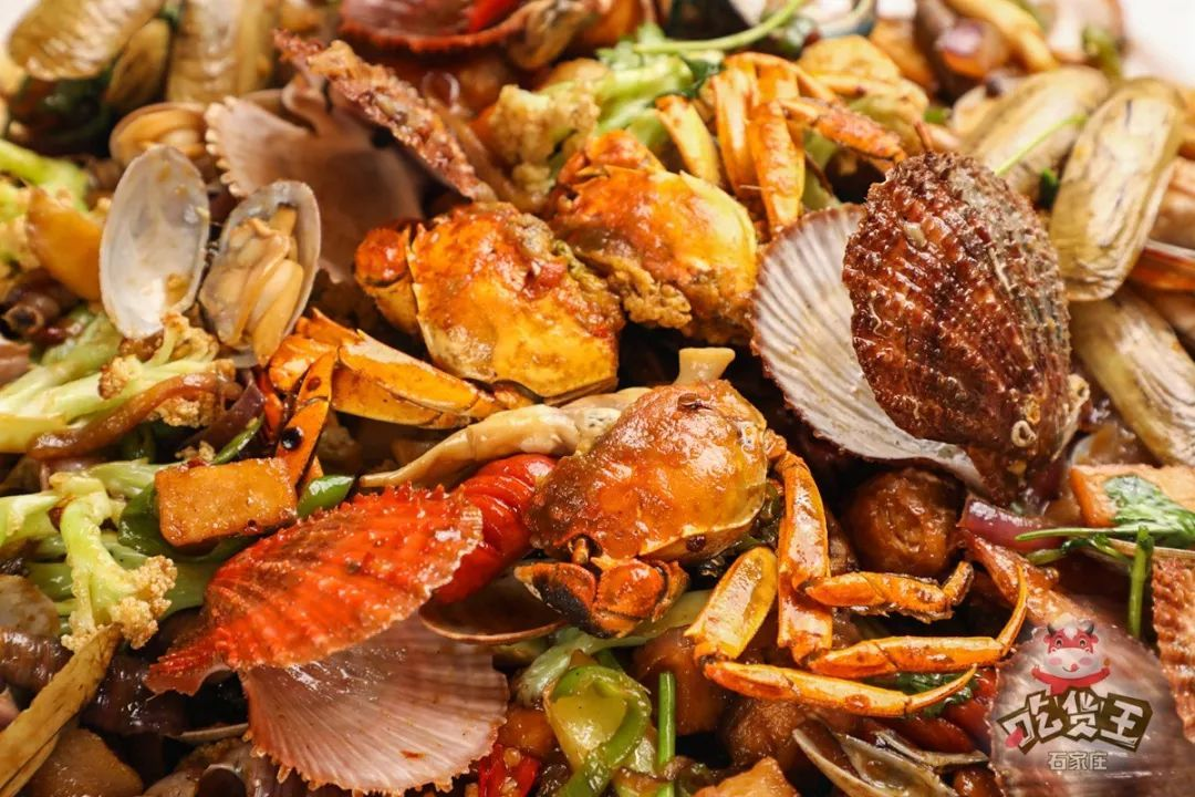 除了火锅,还有网红手抓海鲜,因为海鲜新鲜现买,保证味道和品质,每日限