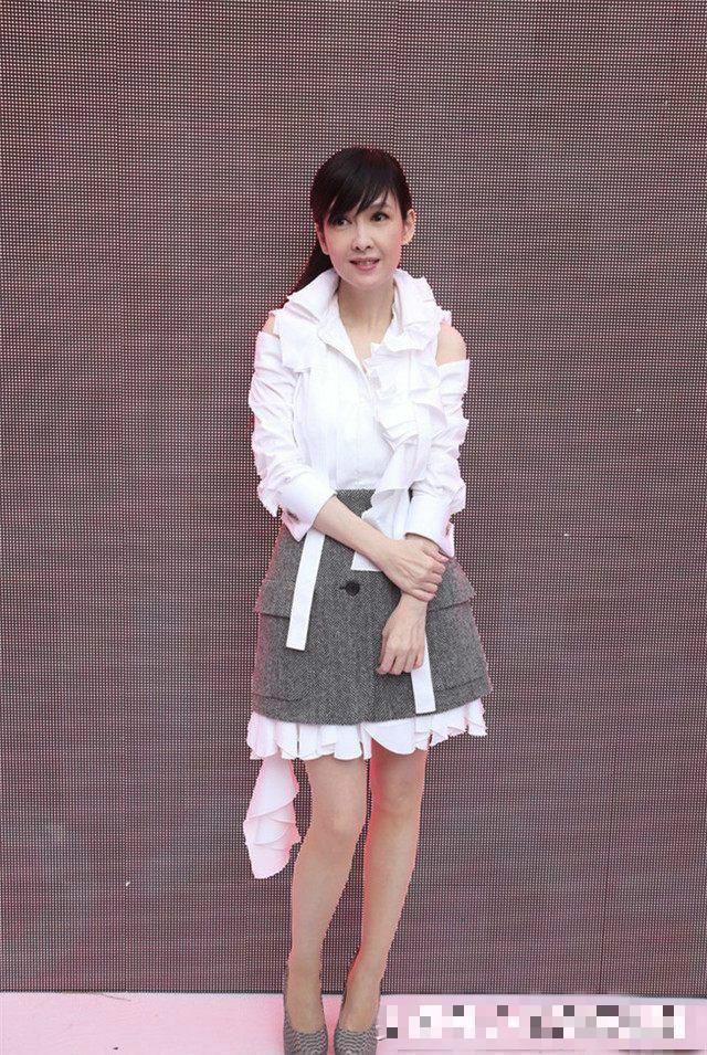 51岁周慧敏腿白到发光,身穿气质裙尽显时尚感,仅次于赵雅芝?