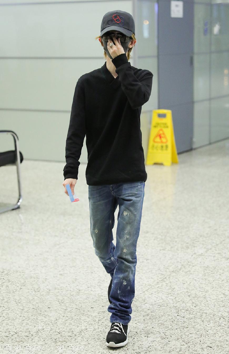 郭敬明现身机场,叠穿卫衣头戴针织帽,摘口罩的他居然解锁新造型