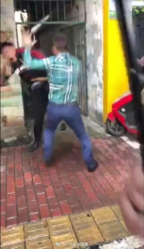 广西两男子街头抡起板凳互殴,头破血流!原因竟是…