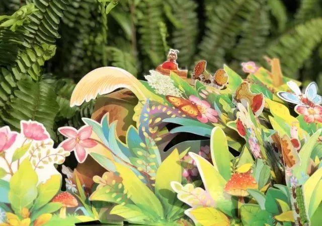 多多发现了一颗红果子,它费尽九牛二虎之力都搬不动,周围的小动物们都蝴蝶与迷彩服的说明文图片