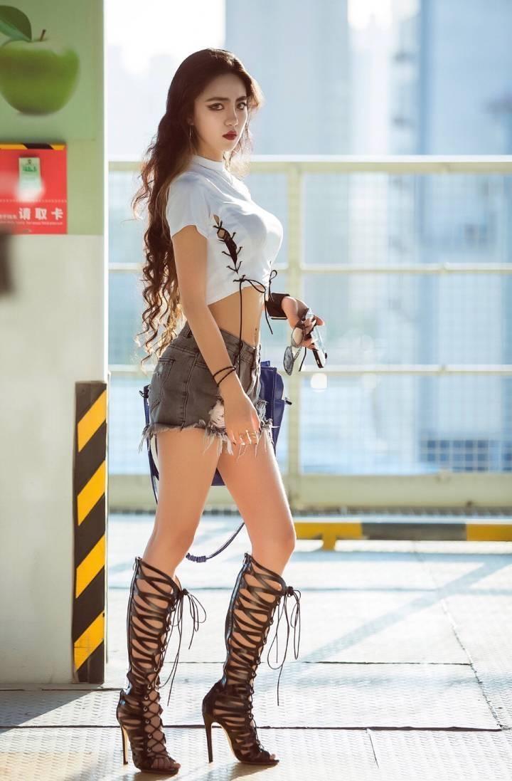 街拍:小姐姐打造性感欧美风,绑带高筒靴不是谁都能穿的!