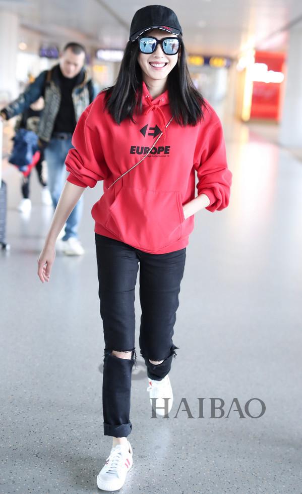 欧阳娜娜成少女穿搭典范!女明星机场街拍来示范:初秋的卫衣这样穿舒适且耐看!