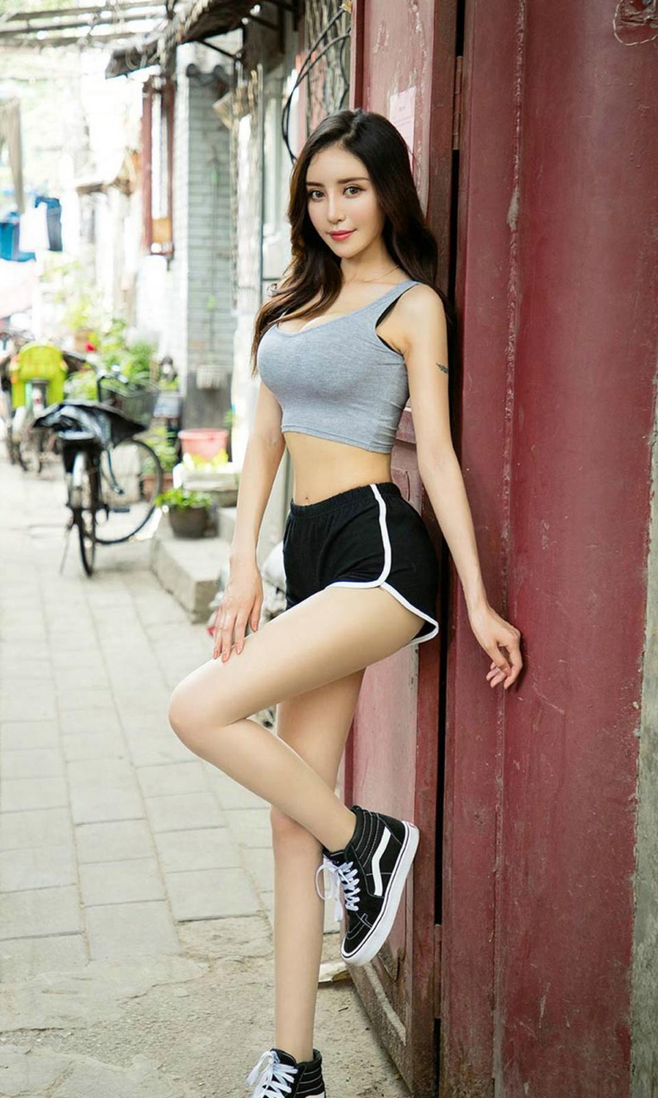 极品少妇被草_街拍:极品热裤美女,赚足了回头率!