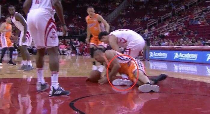 惊悚!周琦受伤坐轮椅下场!拼抢时遭斯科拉压到膝盖