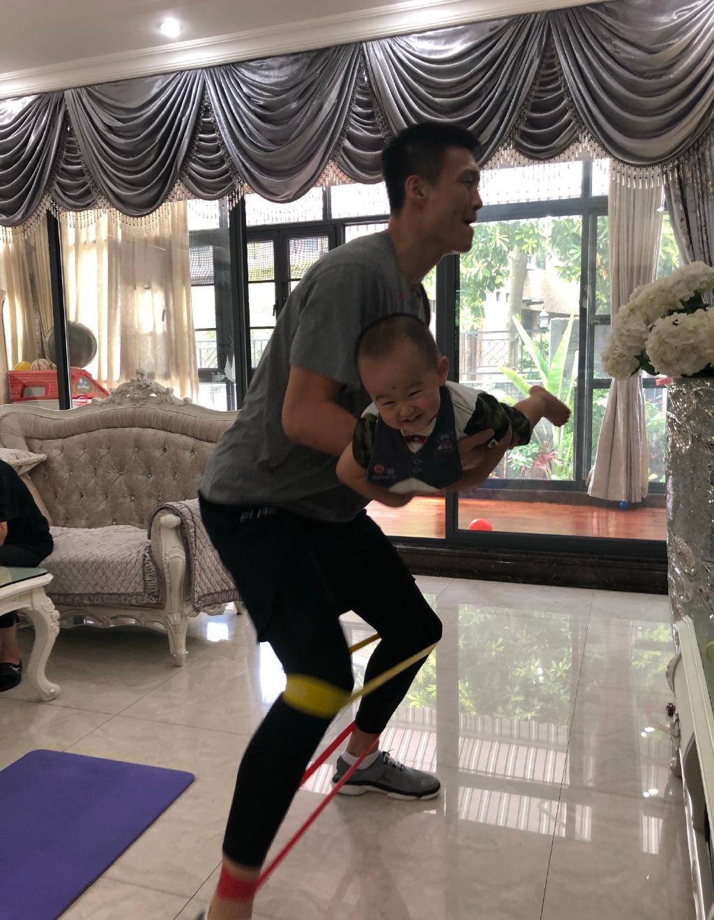周鹏在家带儿子锻炼!大面积豪宅曝光,老婆曾是上海交大高材生