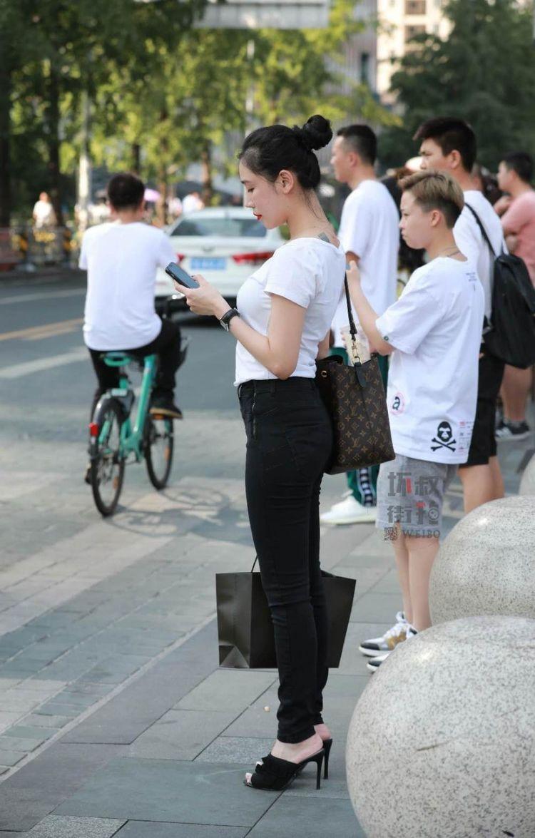 街拍: 小姐姐解锁秋装新搭法,T恤搭配紧身裤也能轻松时髦到爆炸!
