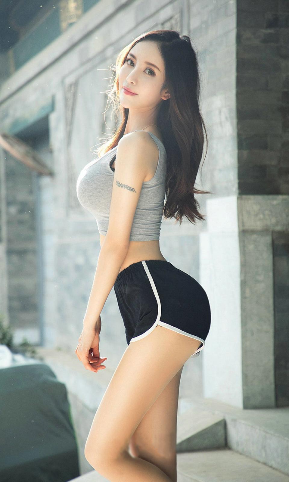 极品和足美女_街拍:极品热裤美女,赚足了回头率!