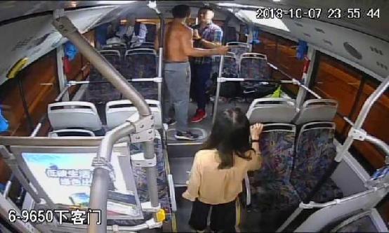 """五旬男子公交车站""""撩妹"""",还坚称是在""""学雷锋""""做好事"""