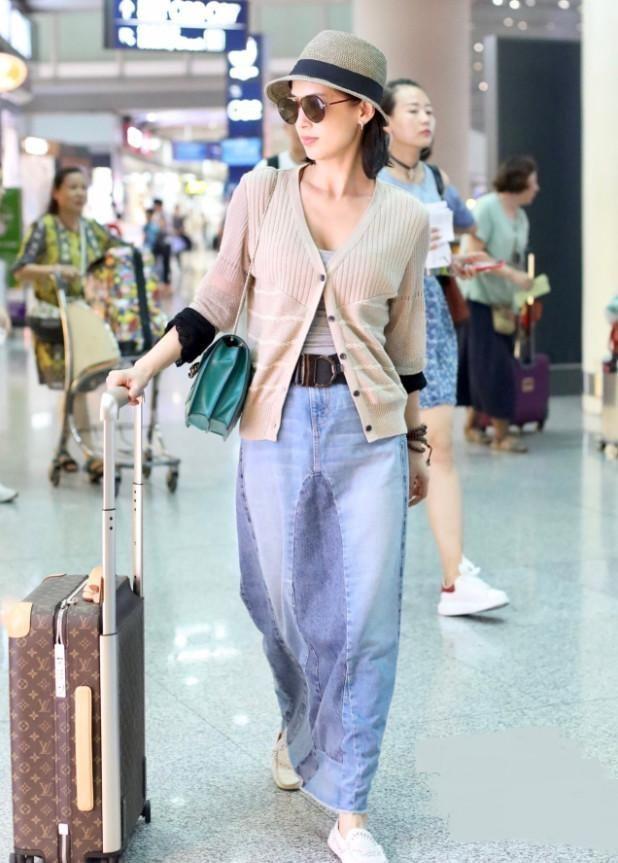 黄圣依胆子真大,网友:裙子是用牛仔裤改的吧?