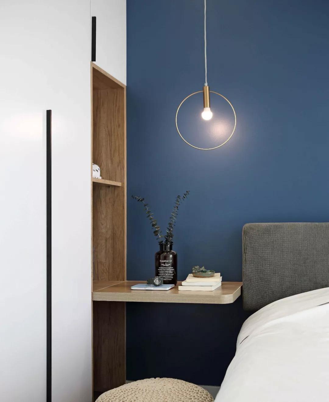 省去床头柜空间,打造床头阅读一隅,将屋主的居家生活诉求,具化为设计图片