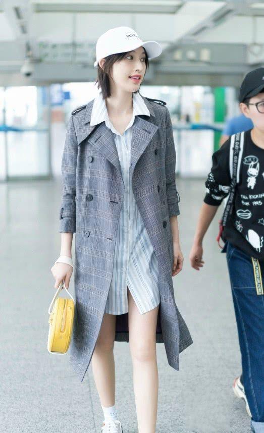 """张俪解锁新时尚,居然穿了一双""""铅笔鞋""""出门,脚挤得不痛吗?"""