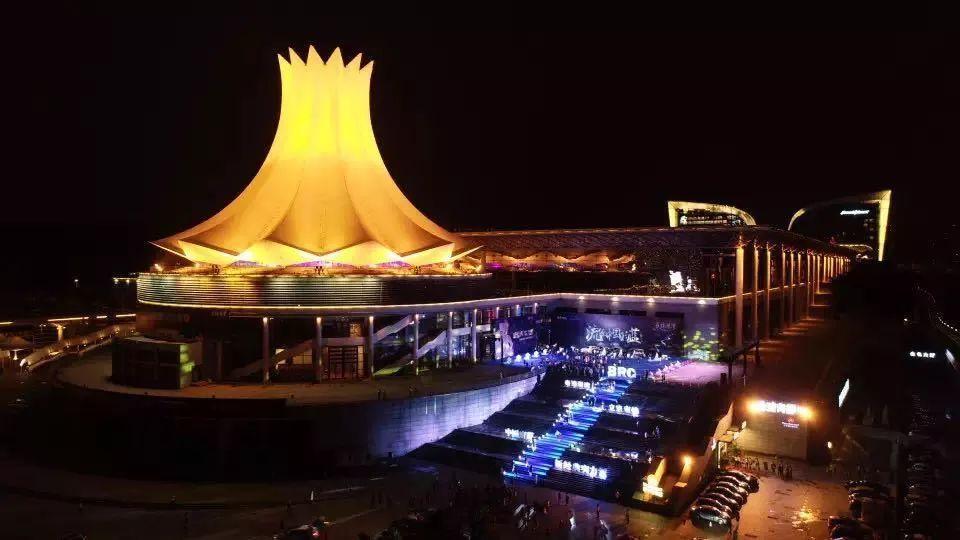 政务 正文  2018年10月9日,广西著名的地标建筑南宁国际会展中心朱槿