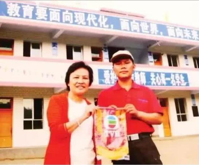 周星驰御用女丑角捐退休金建小学,78岁未婚却为孩子尽心尽力