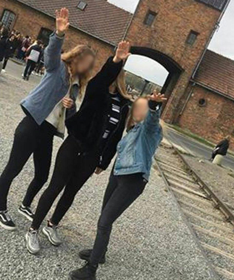 三名波兰少女竟在奥斯维辛集中营前行纳粹礼,还将照片放在网上