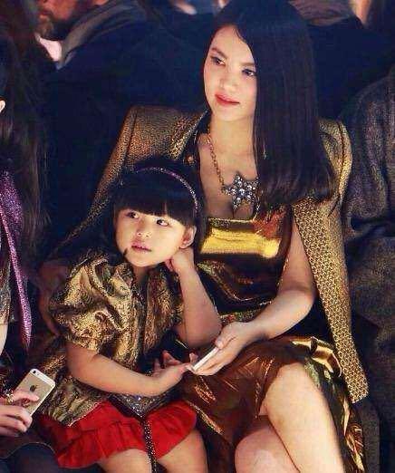 家有一老如有一宝!那王家有两个时尚女神,岂不是更幸福?