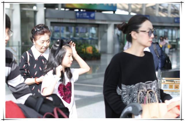 陶虹带女儿现身,简单黑T黑裤竟穿出高级感,女儿穿的真接地气!