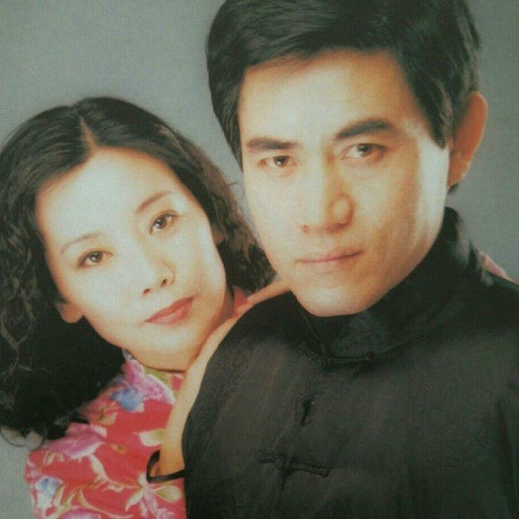 出道36年零绯闻,夫妻同台无人识,两人恩爱42年,儿子十分帅气