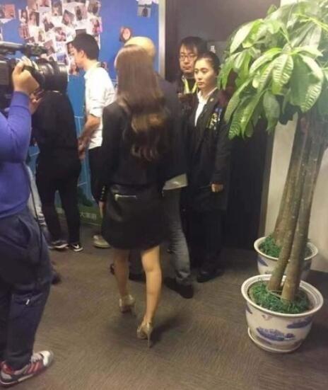 赵丽颖这腿让男人怀疑人生,网友:还是看上半身吧!