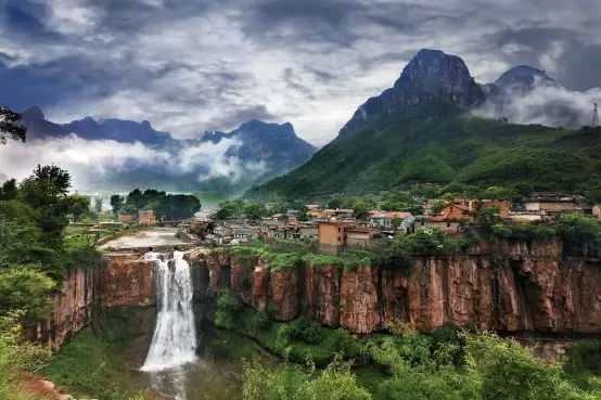 悬崖上的古村落,独家拥有100米的大瀑布,简直就是天上人家