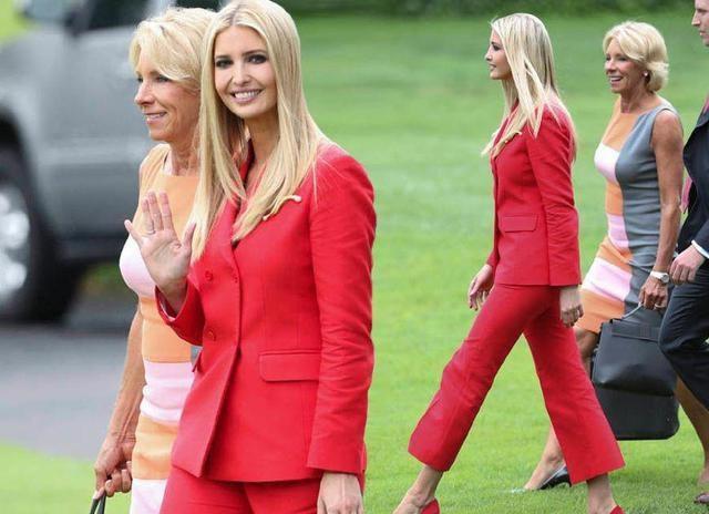 伊万卡浓妆艳抹也遮不住一脸憔悴,她穿着V领上衣配搭粉色裙子!