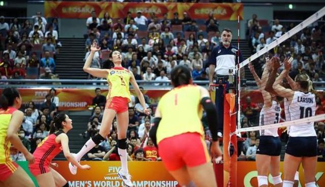 中国女排3:0胜美国队,赛后朱婷累到躺在地上,露出洁白的牙齿