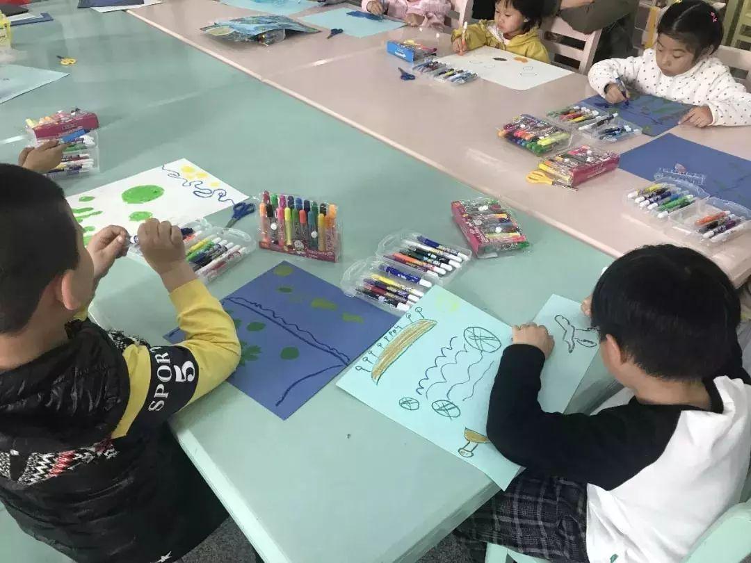 """""""绘·画""""小课堂主要是由馆员向小读者一起分享绘本故事,进行创意绘画图片"""