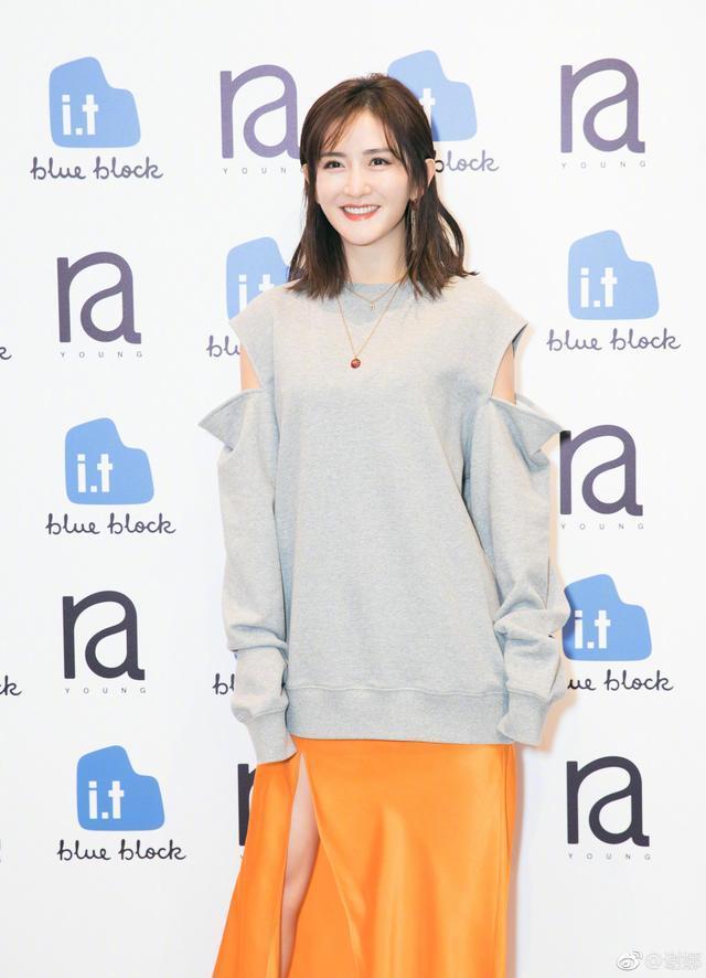 谢娜越来越会穿了!灰色毛衣配橙色高叉裙秀腿,美得像个小仙女