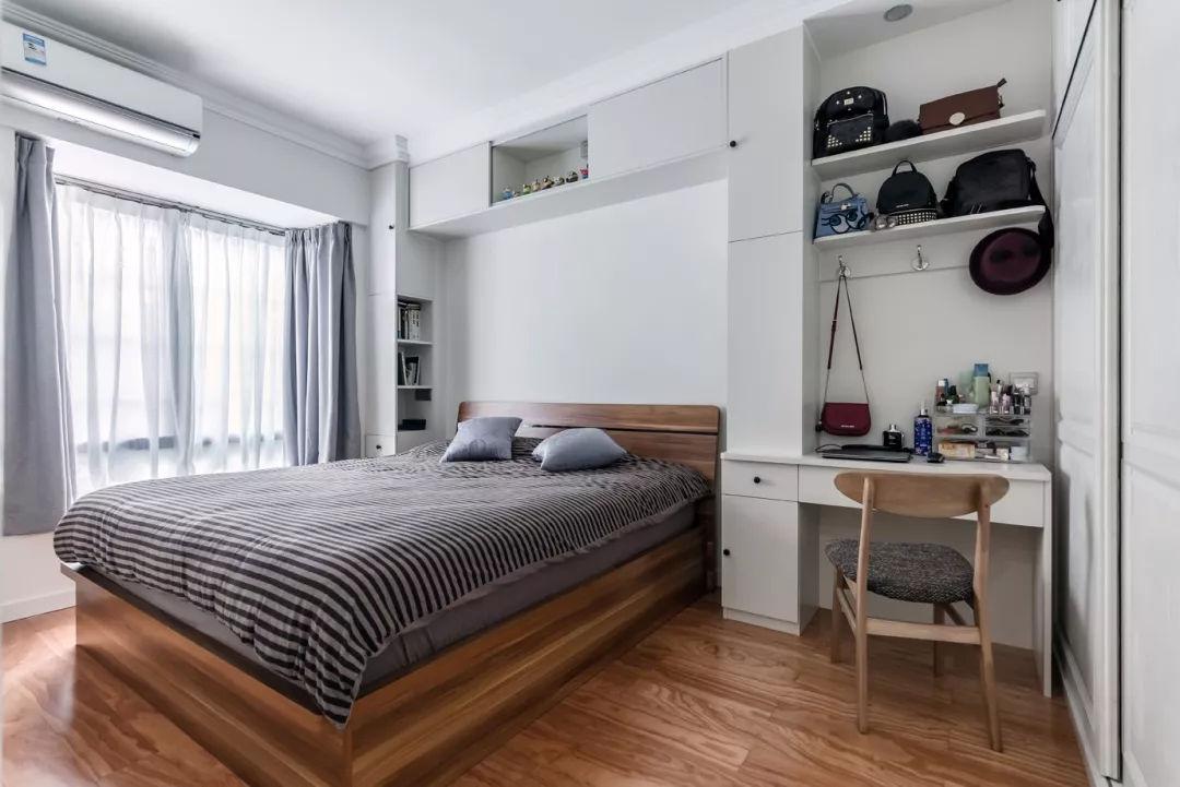 主臥室的床頭背景墻和沙發背景墻做法類似,用柜子來代替床頭柜,上方圖片