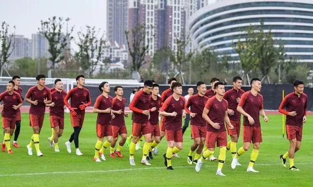 国足集训队集体看电影作动员 米卢朱广沪有先例