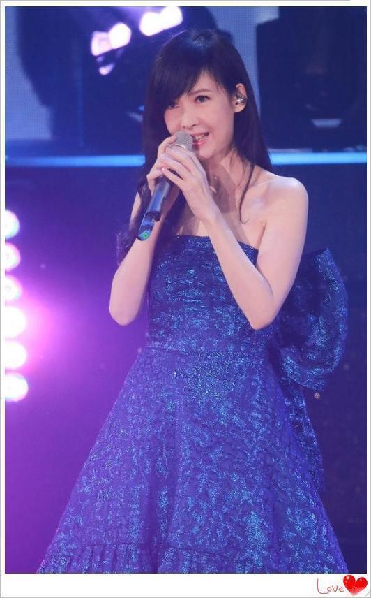 51岁周慧敏一袭蓝色蓬蓬裙少女感炸裂,年龄对她来说只是个数字!