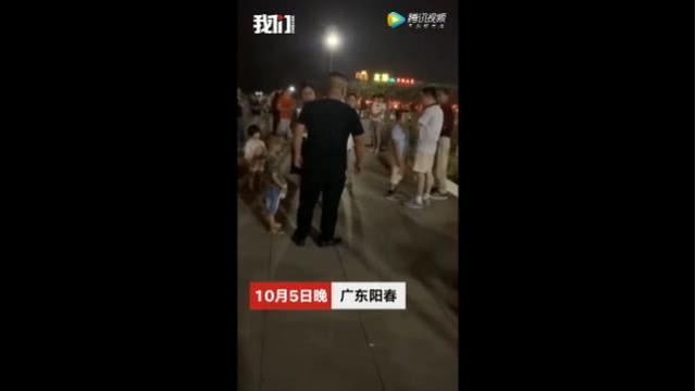 兩小孩吵架,父親趕到現場逼7歲孩子給自己兒子下跪道歉