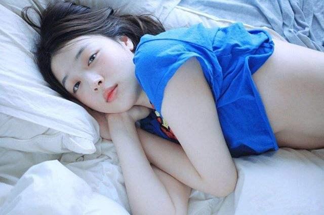 """崔雪莉一条红色袜子,雪白肤色透出,剥夺了韩国美腿的""""尊严"""""""