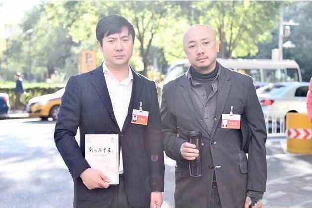 """网友曝徐峥沈腾某会场外合影 这俩人一脸的""""愁云惨淡""""…"""