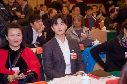 杨洋参加会议精英感十足,粉丝脑补高干文小说