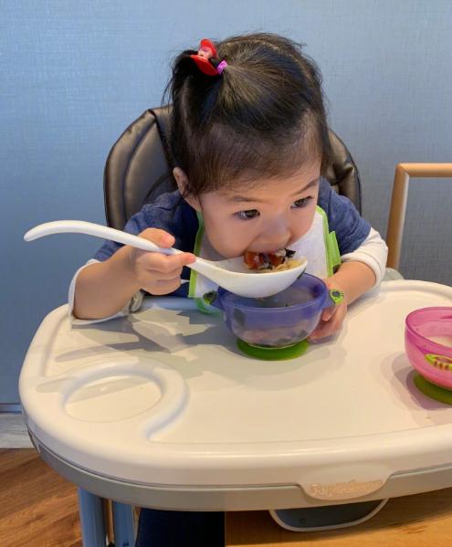 章子怡晒女儿吃饭的样子好可爱啊!