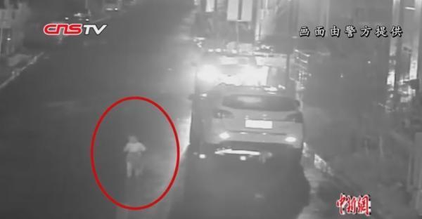 三岁童凌晨光脚独自在路上找奶奶,过路司机抱他上车并报警