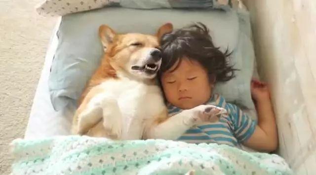 宝妈看女宝睡觉有没有踢被子 眼前的画面宝妈笑出腹肌!