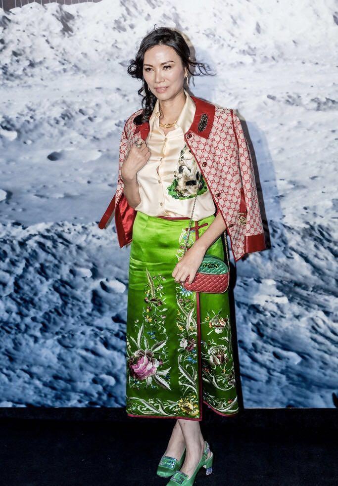 邓文迪一身红配绿看着显老,网友:跟刘嘉玲比,59岁还差不多!