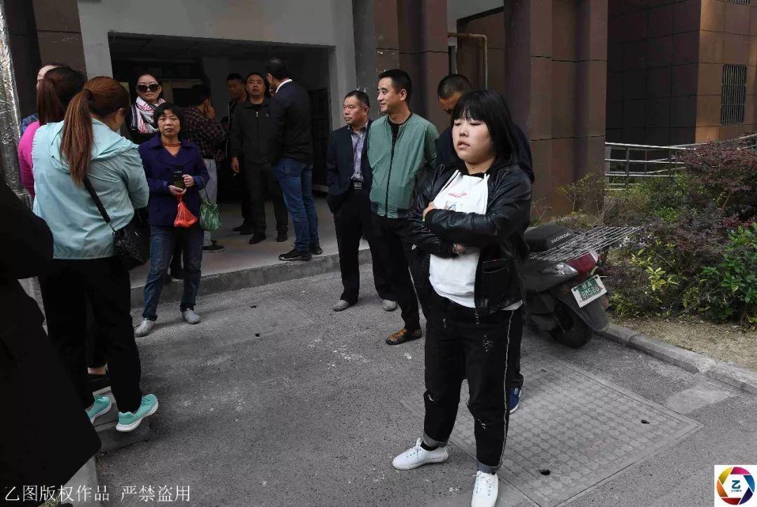 """小区16部电梯被集体贴""""封条"""",千户居民无奈爬30层高楼回家"""