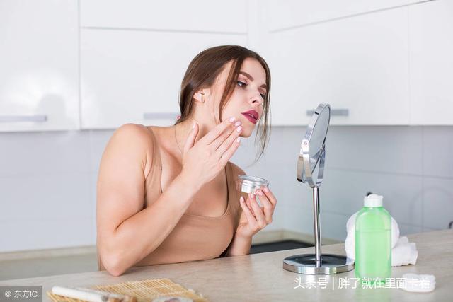 应用化妆品的女人