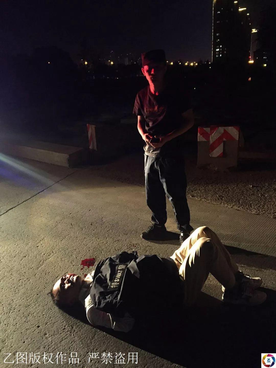 夜晚,男子騎車摔傷倒地,路人無人過問,民警脫下外衣為其驅寒
