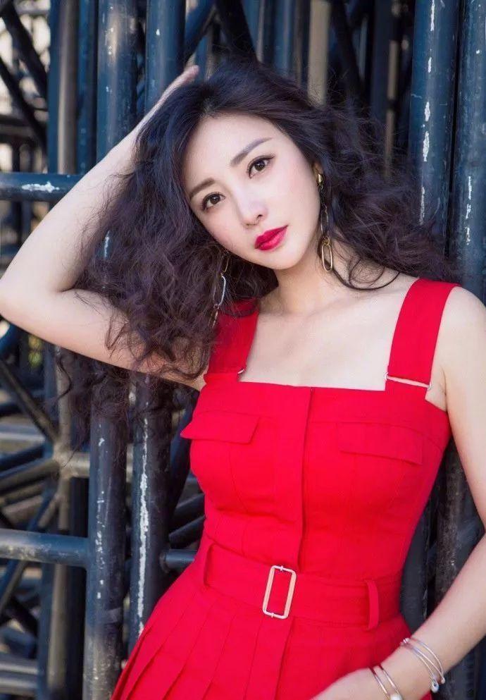 柳岩一直没变,还是那么性感,穿一条红裙搭红唇,十分诱人!